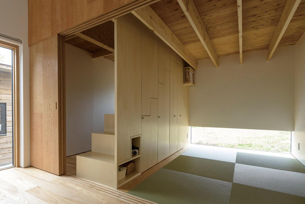 リビングの奥には、和室とご主人の書斎コーナー。ロフトへの階段下は、扉付きの収納として有効活用