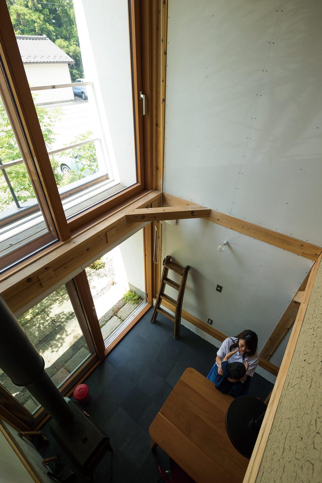 子ども部屋からダイニングを見下ろす。大開口と吹き抜けのおかげでより開放的に