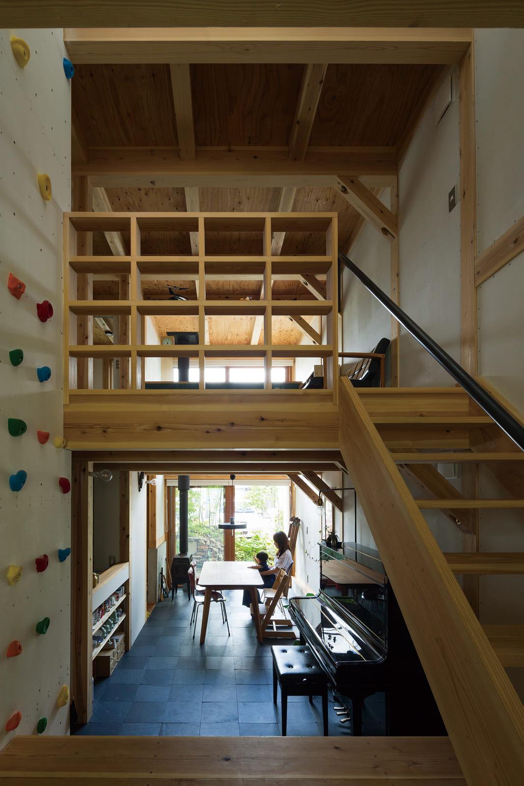 1階リビングからダイニング方向を見る。スキップフロアによる視覚的な連続性が空間に広がりをみせている