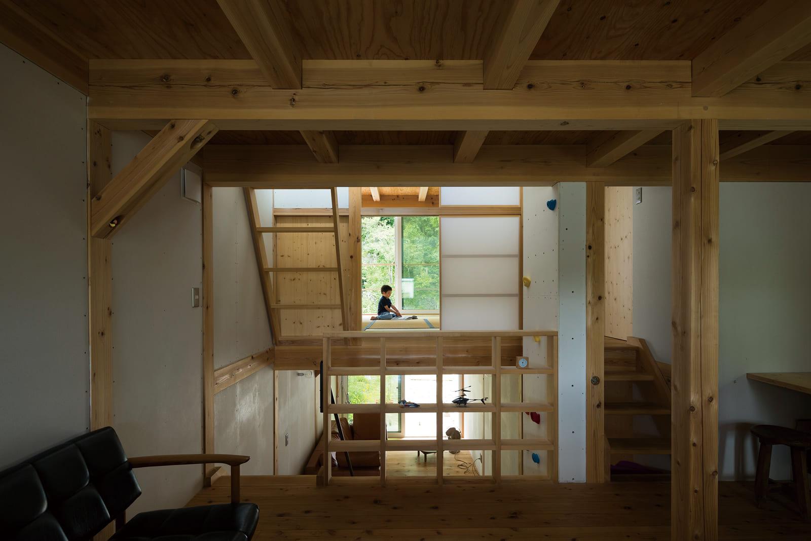 2階子ども部屋から寝室方向を見る。スキップする床面ごとに居室を配置した無駄のないプラン。完全に仕切っていないので、北側の雑木林まで視界が抜ける