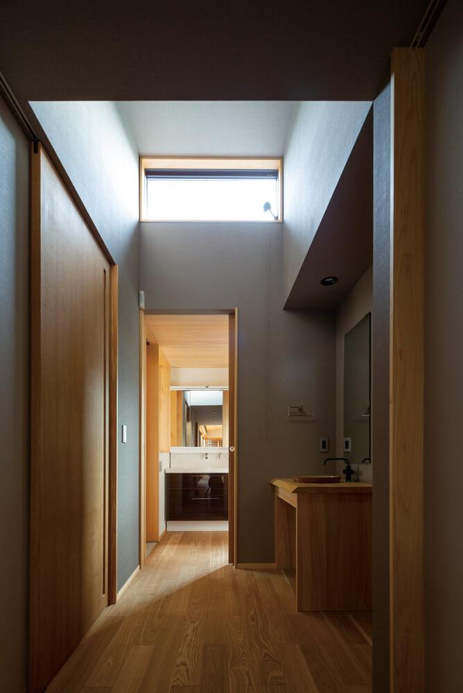 ユーティリティのハイサイドライトからの陽射し。天井高を取りにくい平屋では、高窓による採光が効果を発揮する