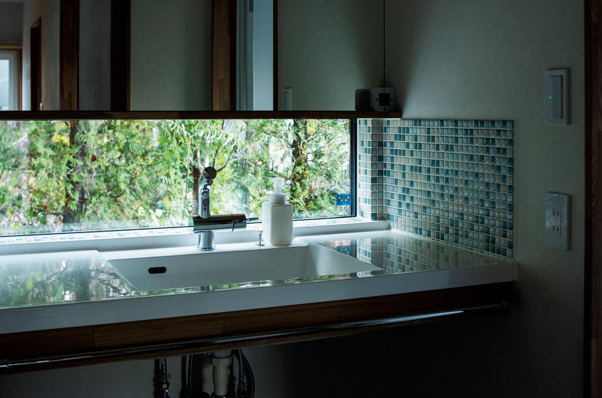 洗面台に横長の窓を組み合わせて、外の緑を感じる爽やかな空間に