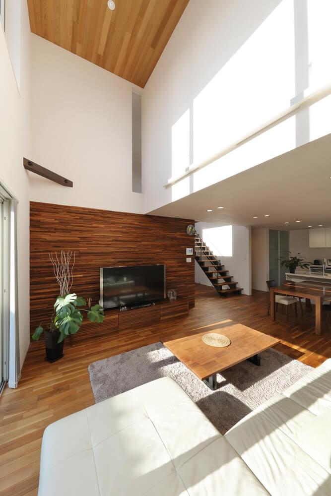 隣家との距離は10m未満ながら吹き抜け効果と大きな開口部で、自然光をたくさんとり入れられるパッシブ設計になっている