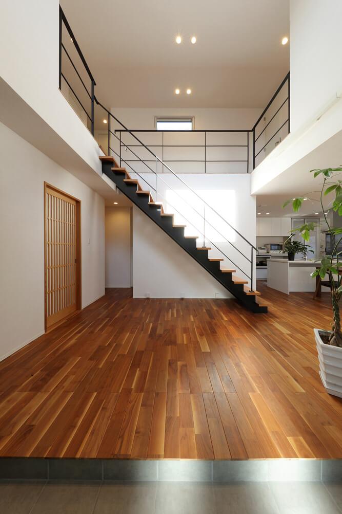 家の印象を決める玄関ホールを広く取ることで開放感はさらに倍増。正面のスケルトン階段が空間を引き締める