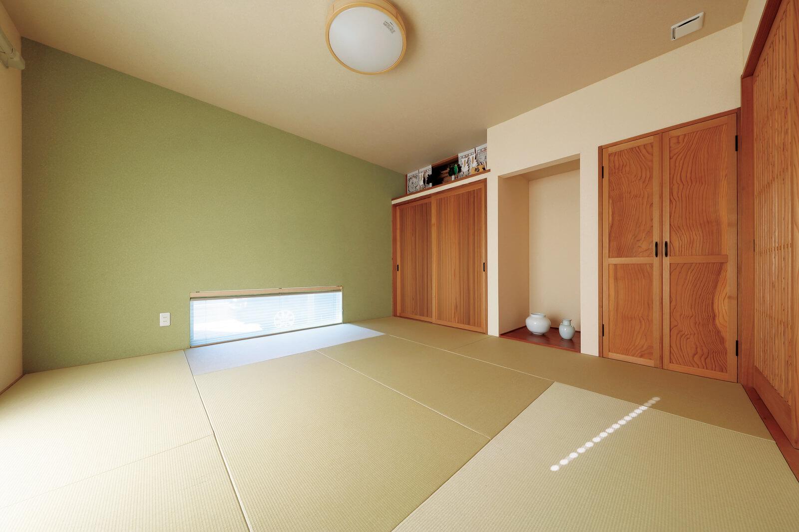 畳と壁の色調に地窓からの明かりが落ち着いた雰囲気を醸し出す。木製の建具はすべて樹齢100年を超えるスギの無垢板を使用