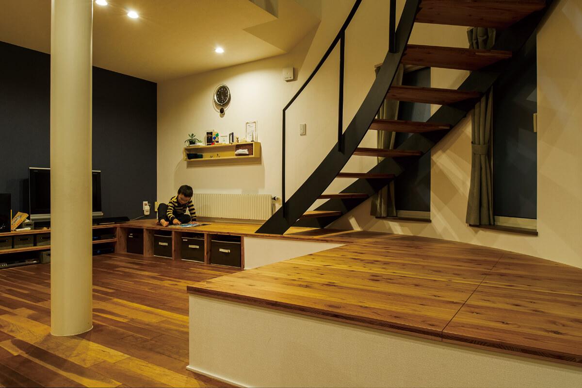 美しい曲線を描く階段の下は、ベンチを兼ねた収納スペース。たくさんの子どもたちが遊びに来た時は、テーブル代わりにも