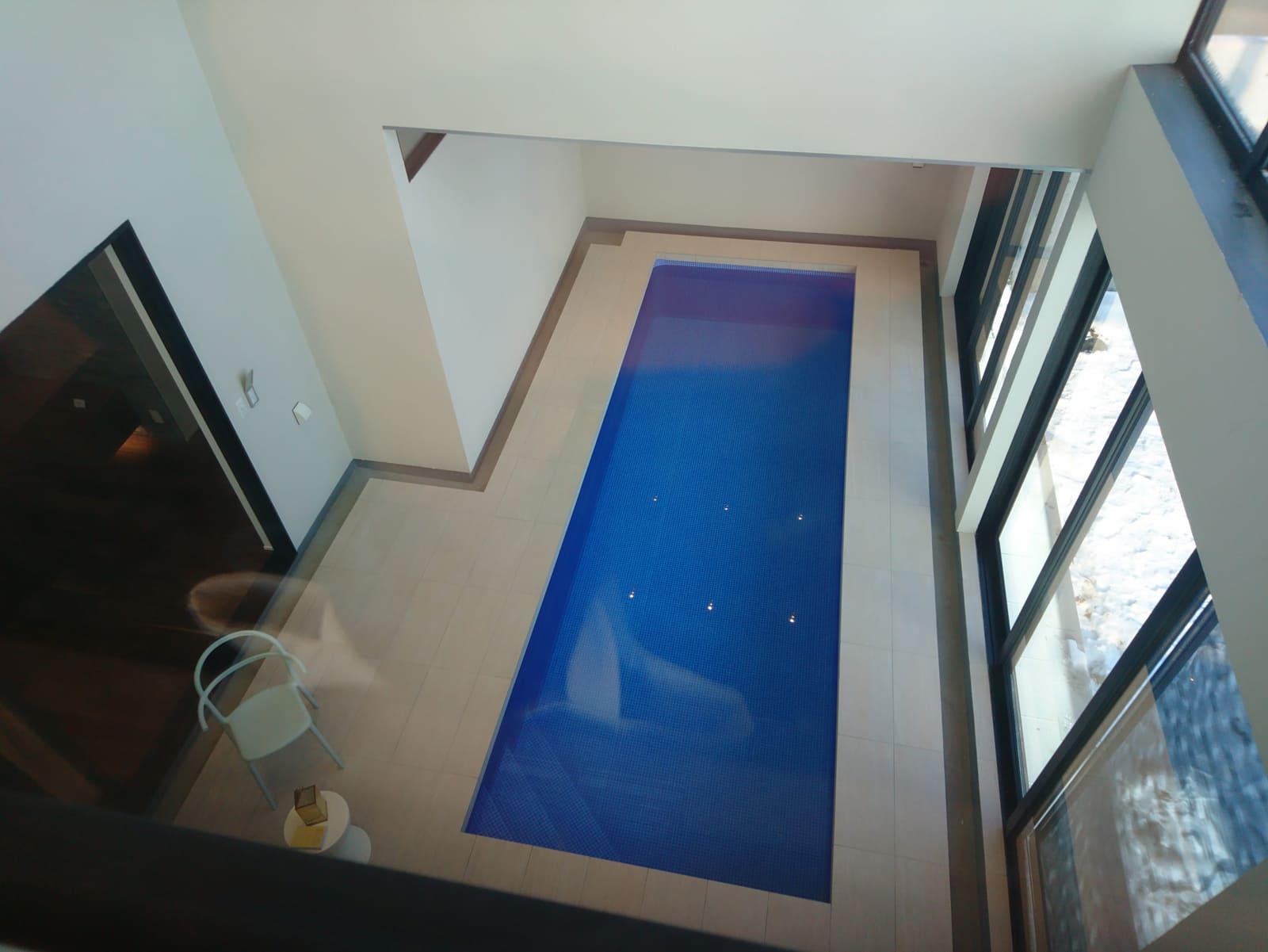 2階からも眺められるプライベートプール。家の中からとは思えない光景。夜はライトアップされてもっときれいに見えるらしい