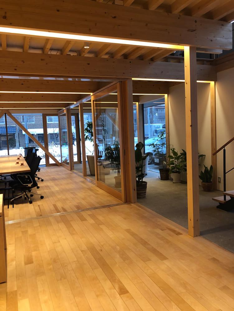 札幌軟石を用いた土間空間を含む広々とした1階は、人と街とつながるコミュニケーション性の高い場所