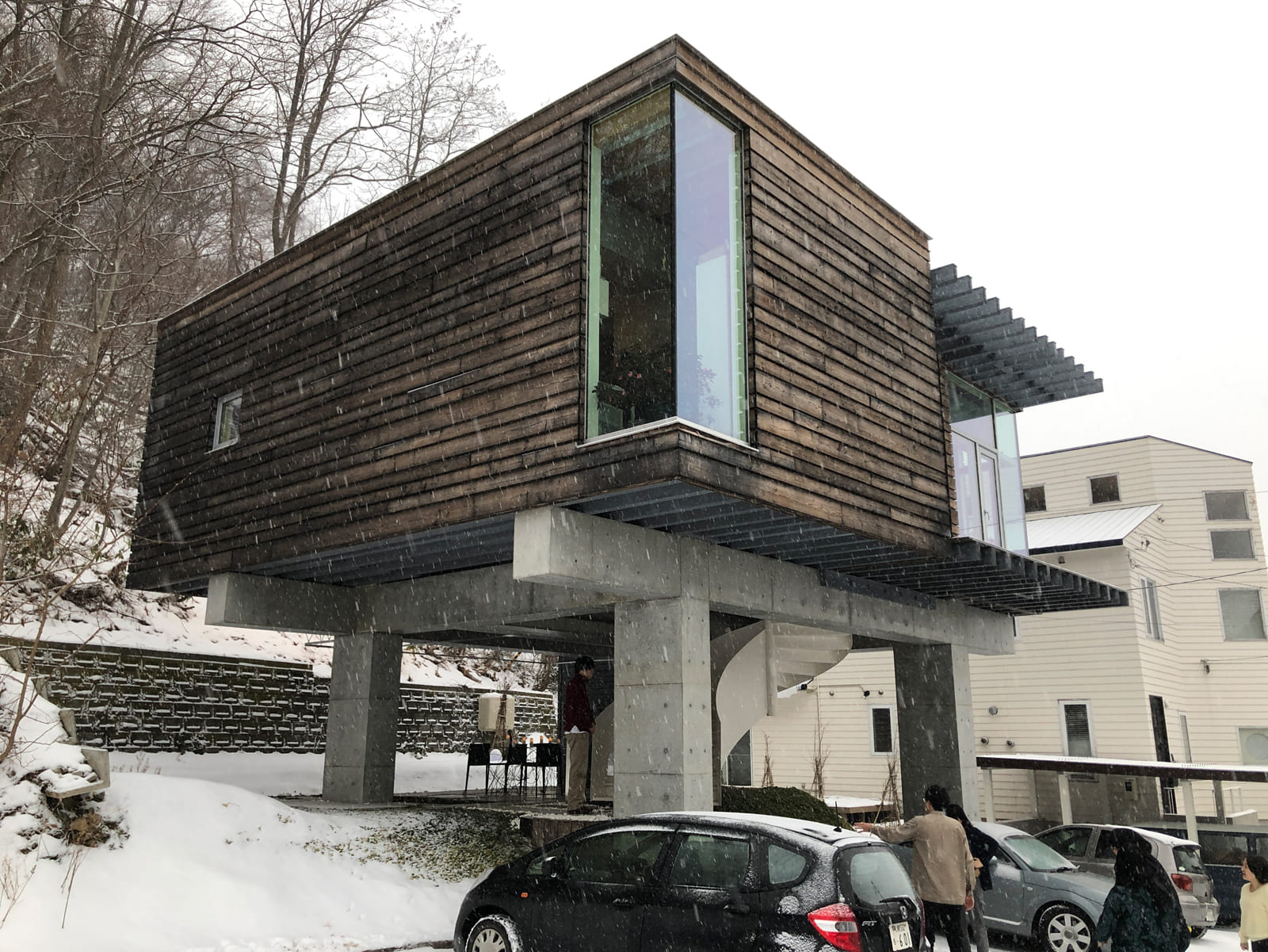 迫力のある4本の鉄筋コンクリートの柱に支えられ、地上から3mほど浮くようにつくられた建物