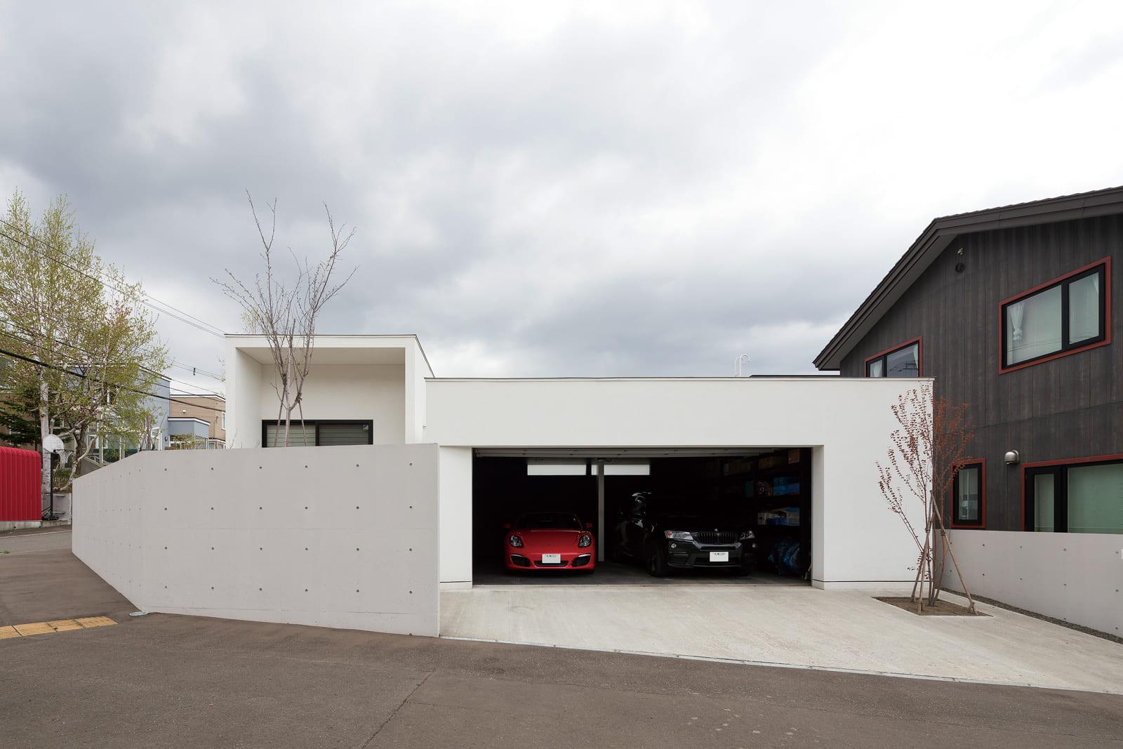 Oさんの趣味でもある車のためのガレージと一体となったモダンなデザイン