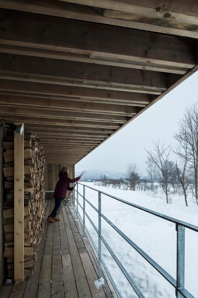 庇が張り出したデッキは冬でも雪を気にせず作業できる