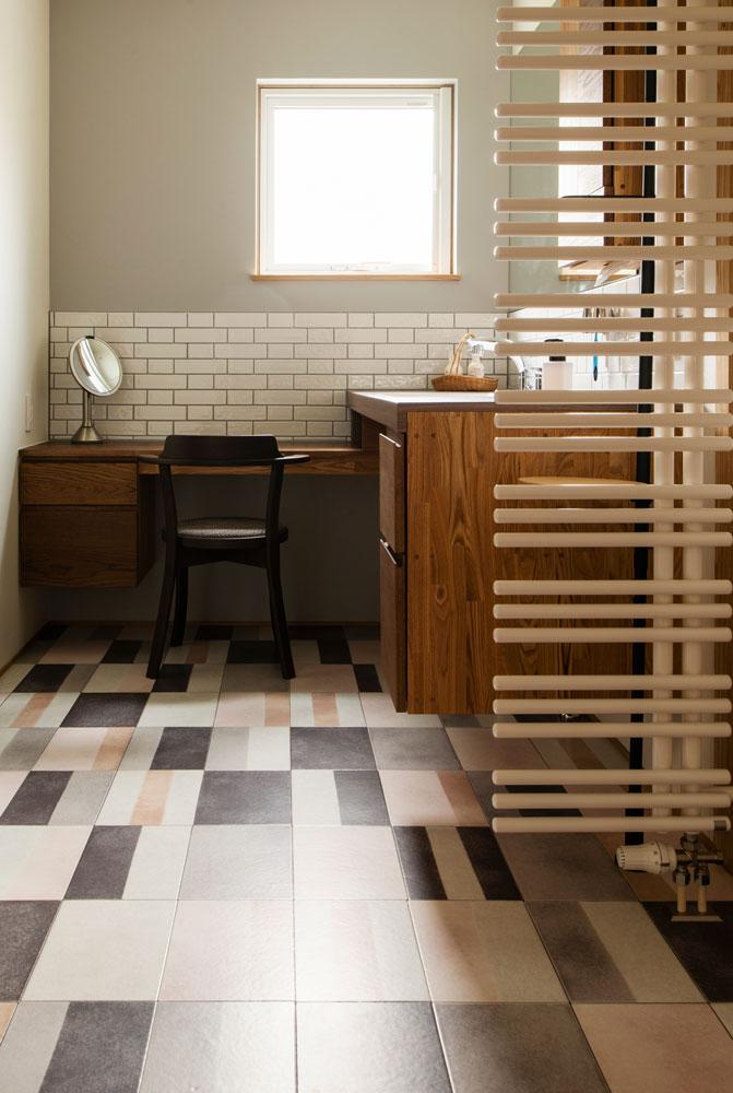 洗面台に対してドレッサーをL型に配置。自然光が入り、お化粧もしやすい