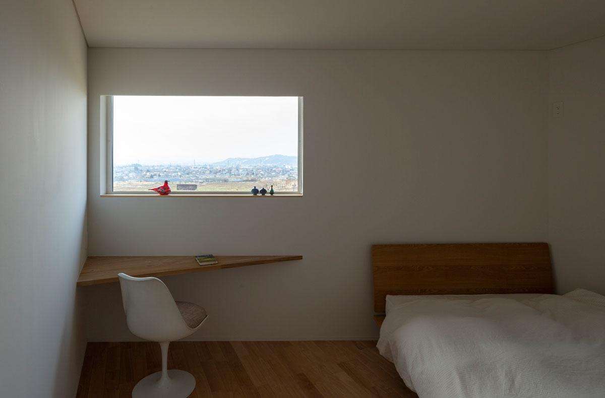 寝室の一角に三角形に設置したカウンターは、小テーブル代わりに