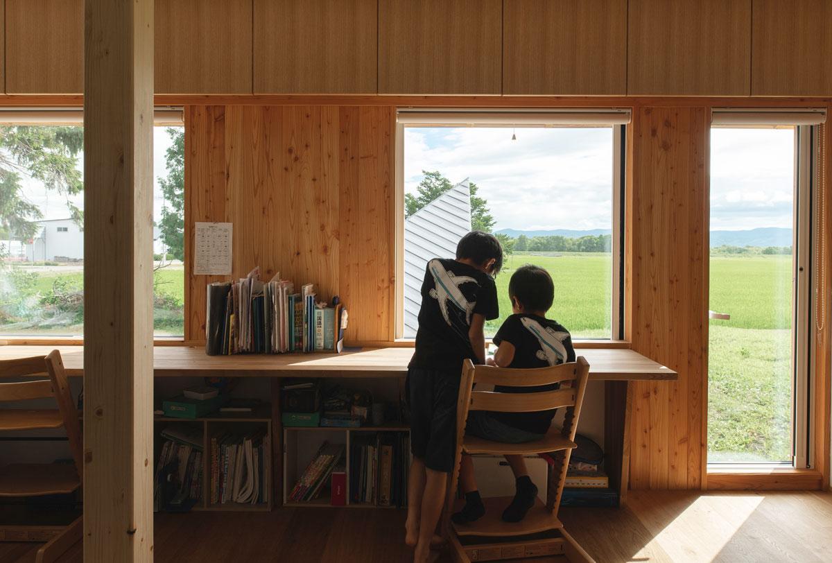 子ども室に十分な奥行きのあるカウンターを造り付けて、勉強机として使うのもおすすめ