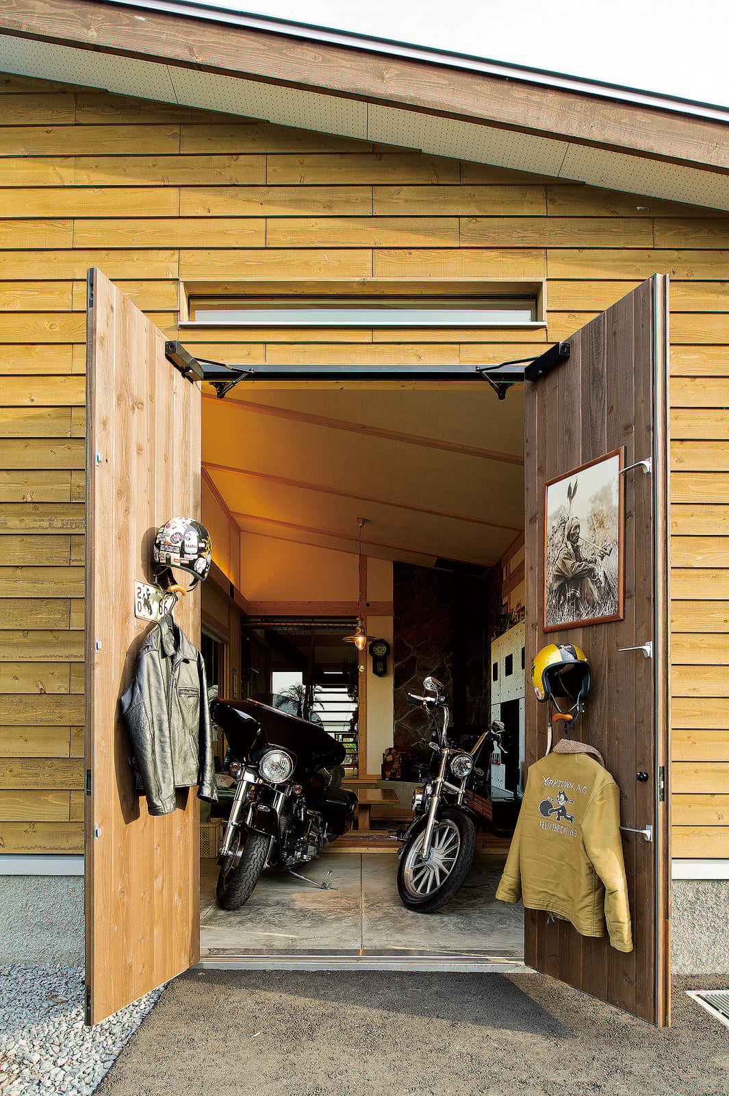 玄関とは別に直接土間に出入りできる入り口を設けている。大切なバイクはここから室内へ