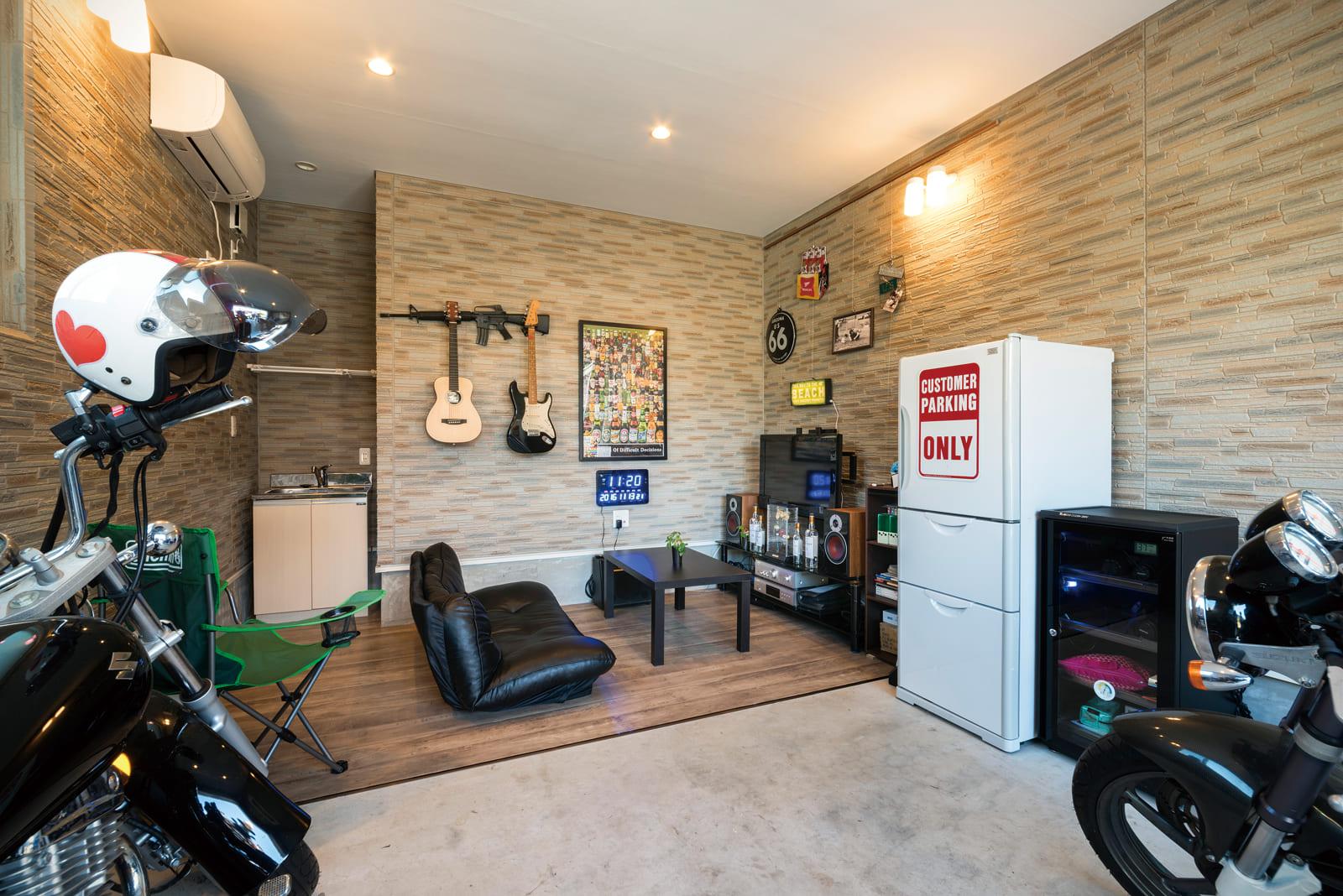 Sさんの想いが詰まったガレージ。ソファを置いたリラックススペースは、床材もクッションフロアを導入している
