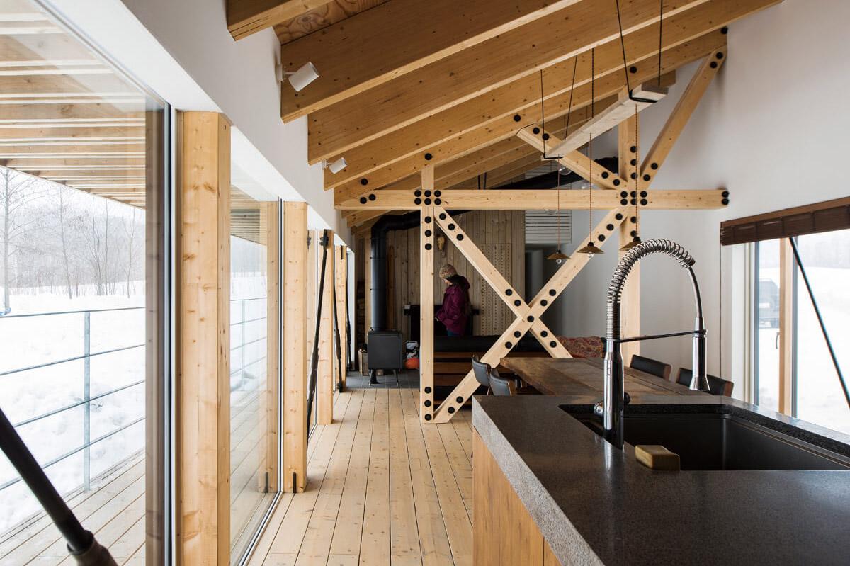 構造柱や梁も空間デザインに取り込みアクセントに