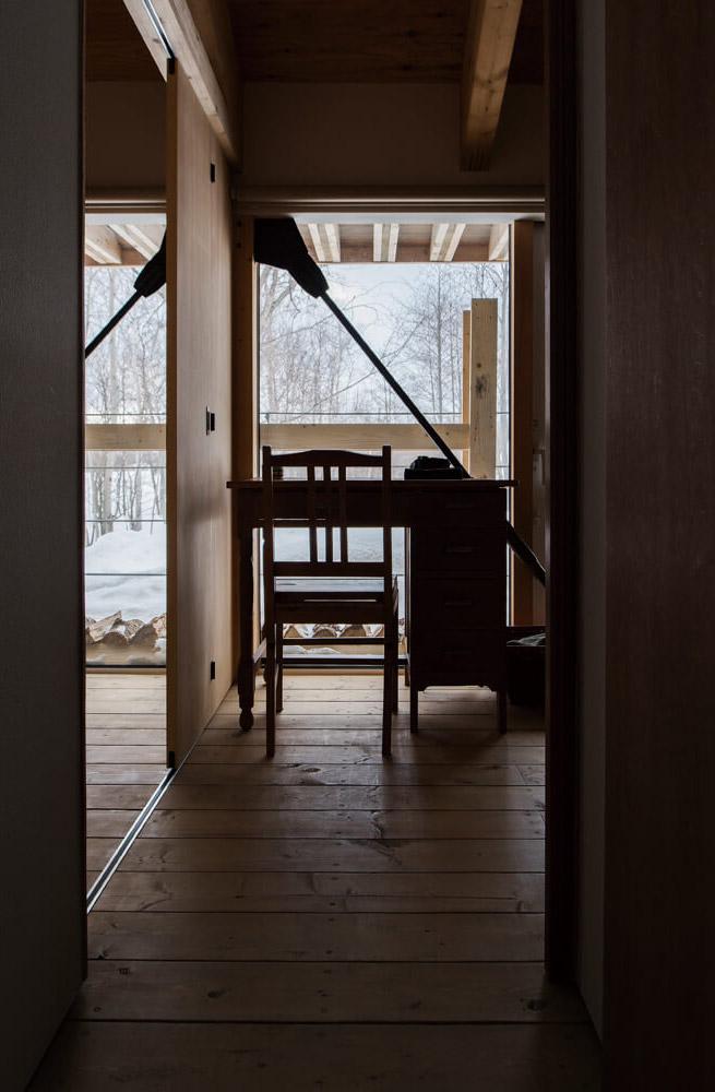コンパクトな個室も窓が大きいので開放感は抜群。引き戸によって2部屋に間仕切ることができる