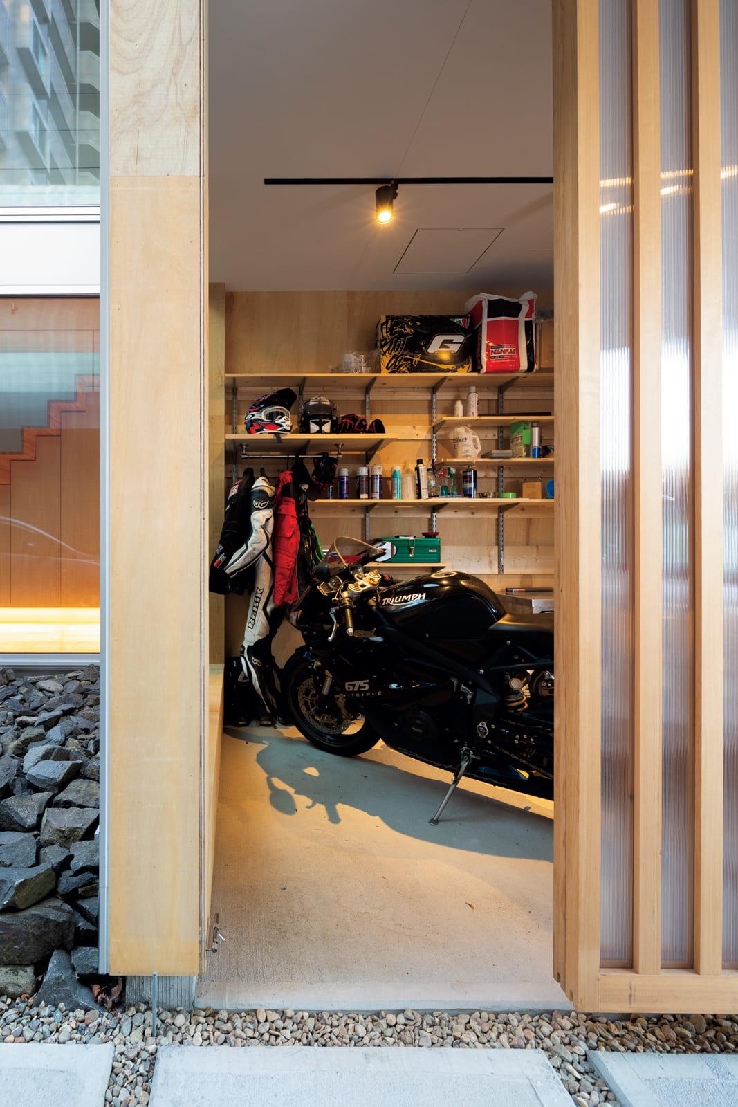 Yさんがが熱望したバイクガレージ。コンパクトながらも造作収納で、道具類もきれいに整理できる