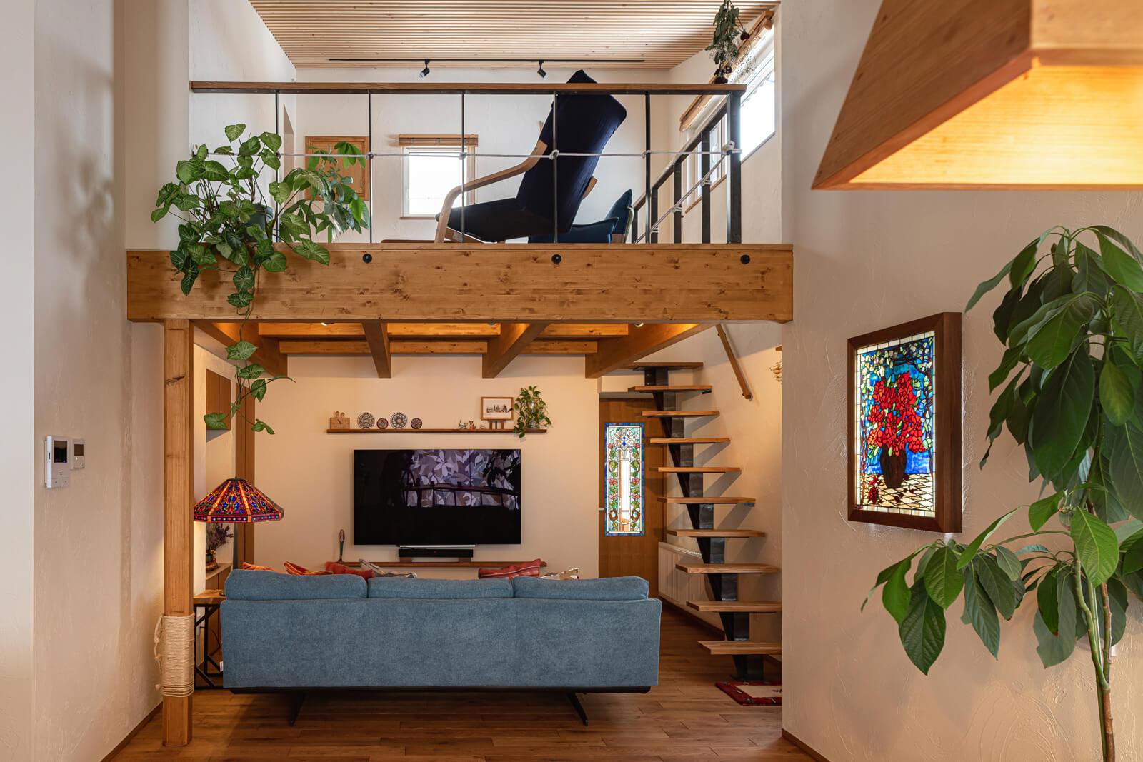 ロフトのような2階空間は、Aさんたっての希望。「1階は低めの天井高なのですが、勾配天井と吹き抜けがもたらす開放感が気持ち良いんです」