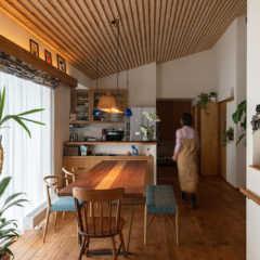 趣味を楽しむ暮らしを実現したステンドグラスと木の家