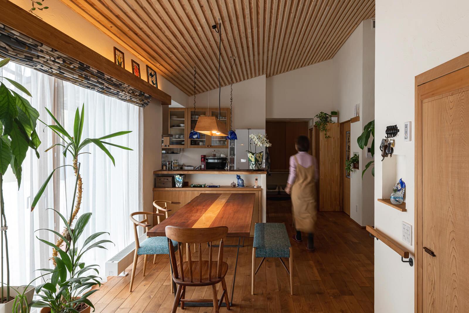 大きな連窓から柔らかな光が注ぐダイニングには、カツラの無垢材を使用した造作テーブルが