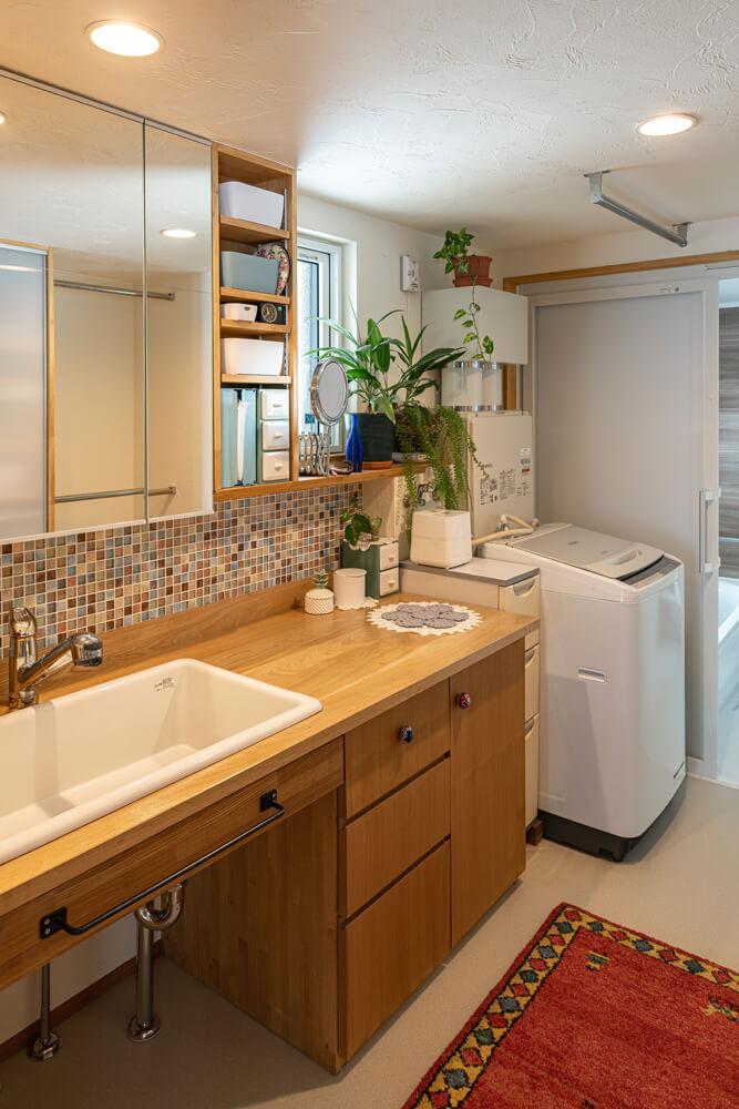 かつて洋室だった場所に、洗面台・洗濯機・浴室などの水まわりを直線に整えた