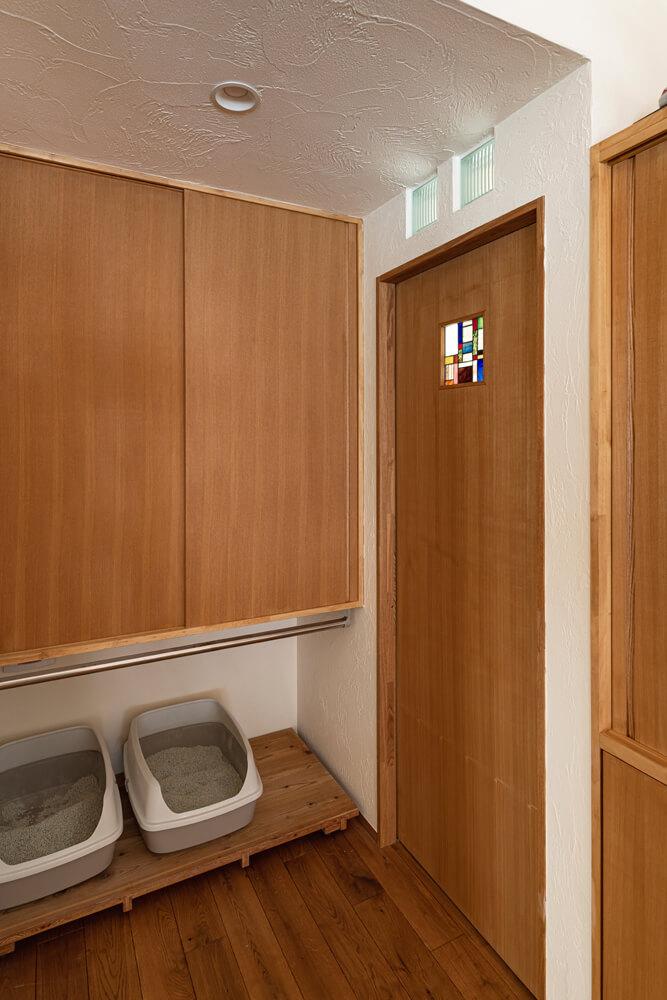 トイレの手前には猫用のトイレも。近くに換気扇があるため、匂いも気にならない
