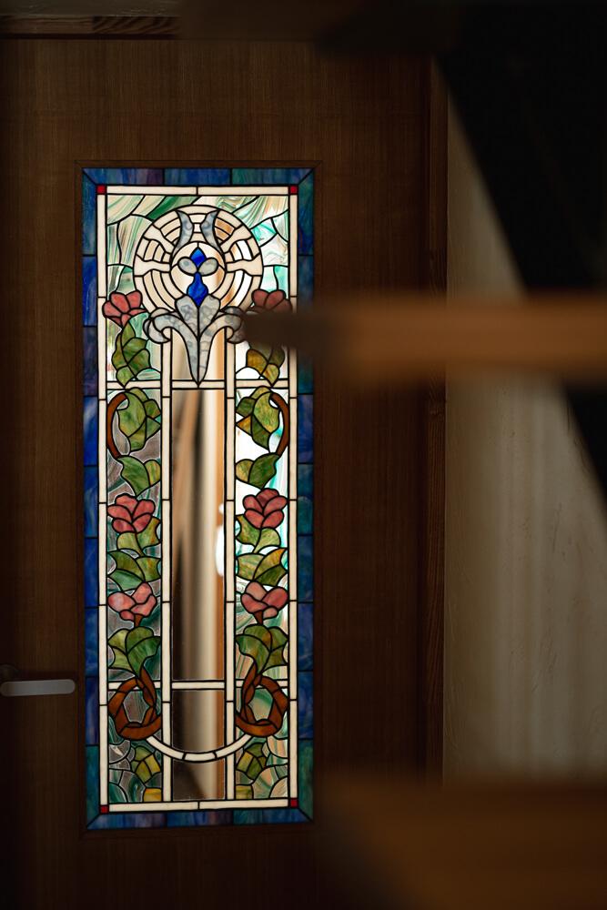 アトリエへと向かう扉。室内のすべての建具にステンドグラス作品が埋め込まれている