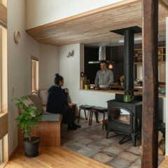 暮らすほどに艶めく 変形敷地の小さな木の家