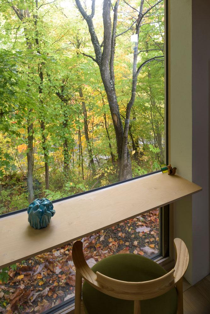 窓辺に設えた造作カウンター。自宅でカフェ気分を堪能できる贅沢な空間
