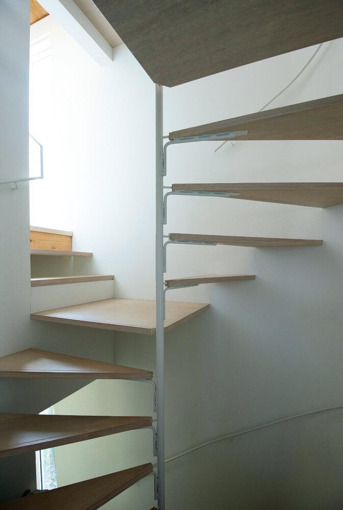 蹴込み板のない「透かし階段」で光を透過し、外の光を屋内に広げられる