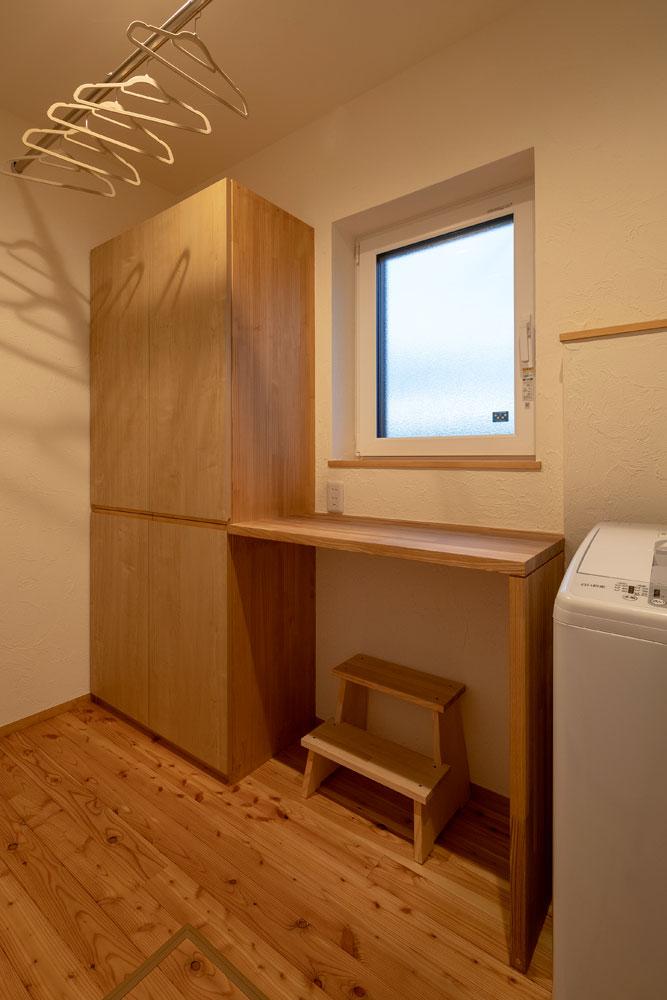 洗濯機のすぐ横に物を置く台があるのはとても便利