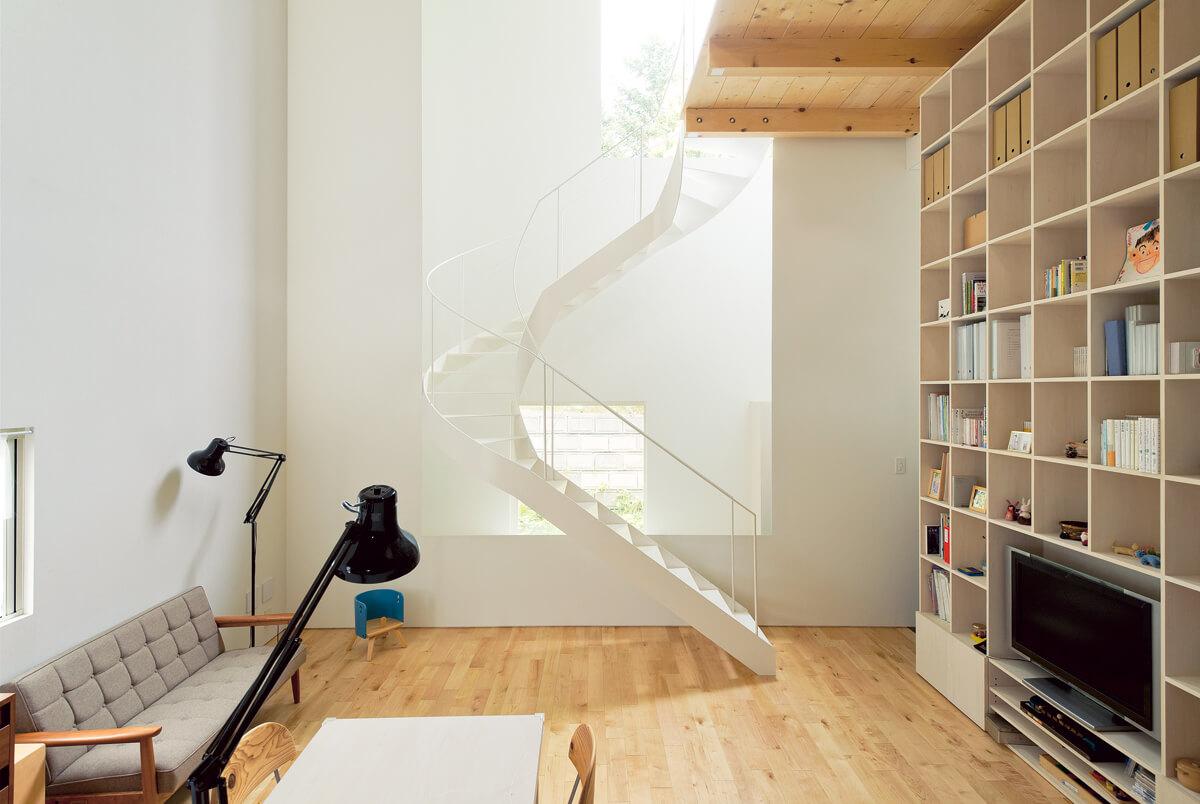 曲線が美しいオブジェのような佇まいの白いらせん階段