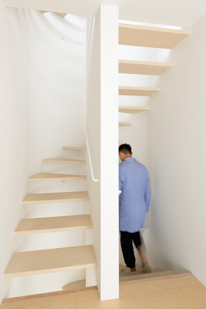 1階から4階までらせん状につながる階段