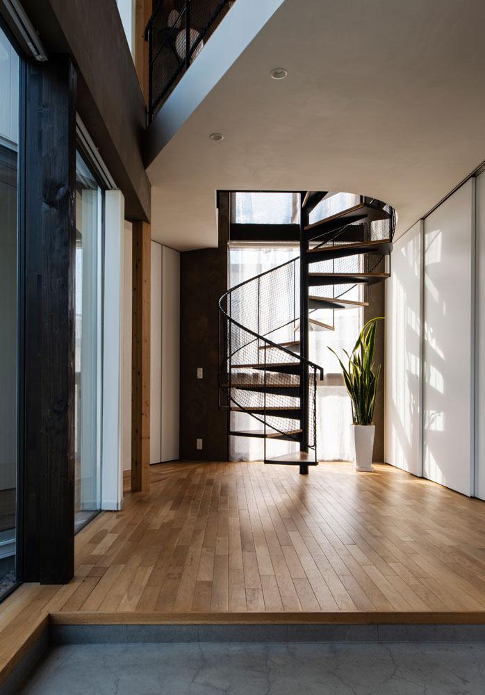 玄関に入って正面にあるらせん階段。人を軽やかに上階へと誘う