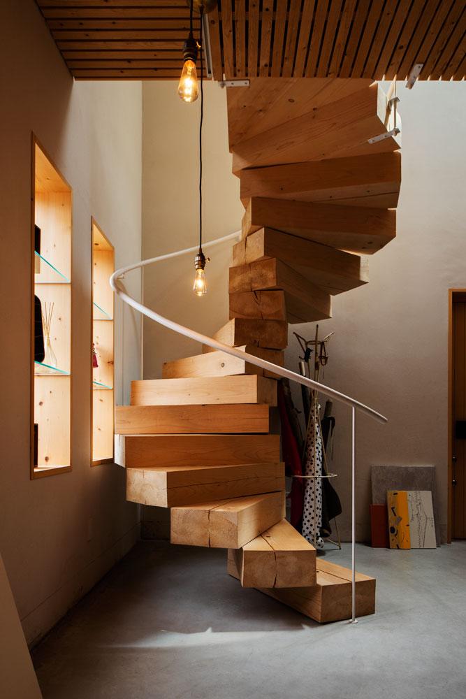 これまたオブジェのような木のらせん階段。木が裂けたり色が変化していく様が楽しみなのだとか