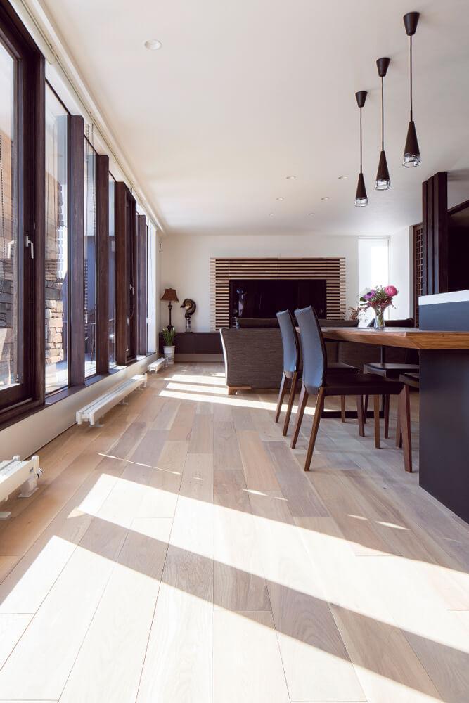 床暖房でも使える「ハイブリッドシリーズ」のナラ材をセピアの塗装で仕上げた