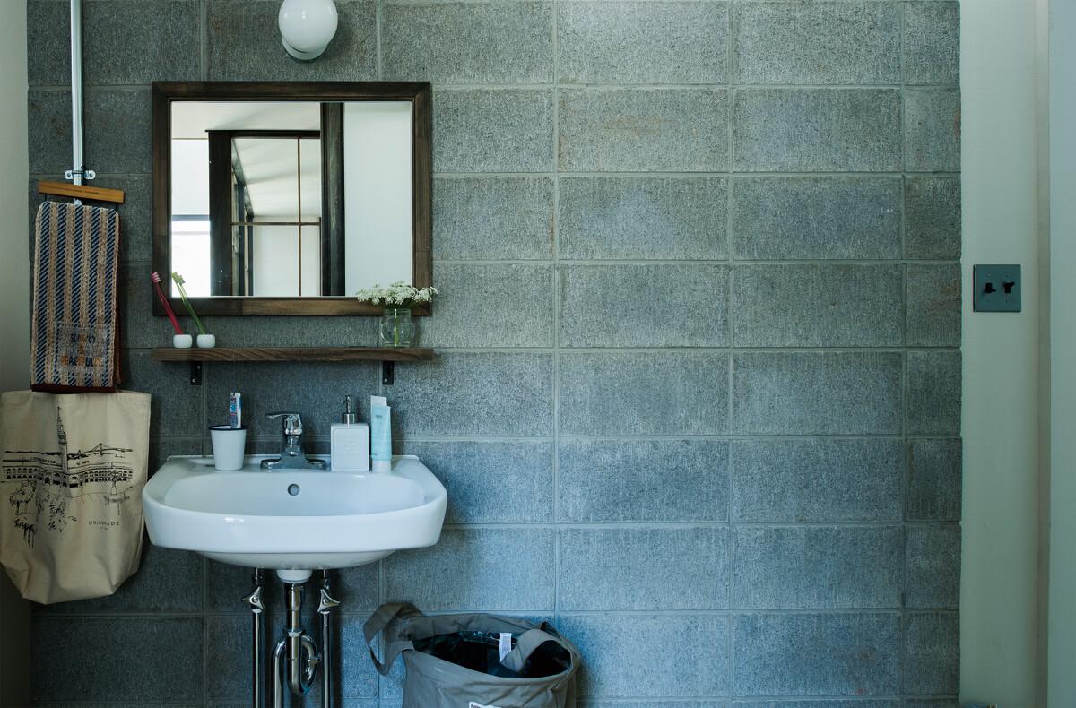 1階ユーティリティは内装にコンクリートブロックを使い、他の空間とは少し異なるテイストを演出