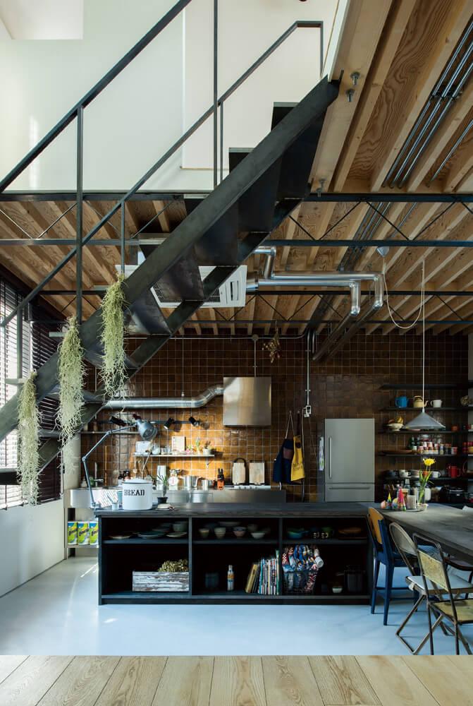 ダイニング・キッチンから一段上がった床レベルのリビングからの眺め。「キッチンで暮らす」というテーマにぴったりの空間