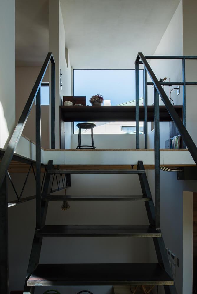 2階へと伸びる階段は、空洞のある鋼管ではなく重厚感のある棒鉄にこだわったと話す神子島さん