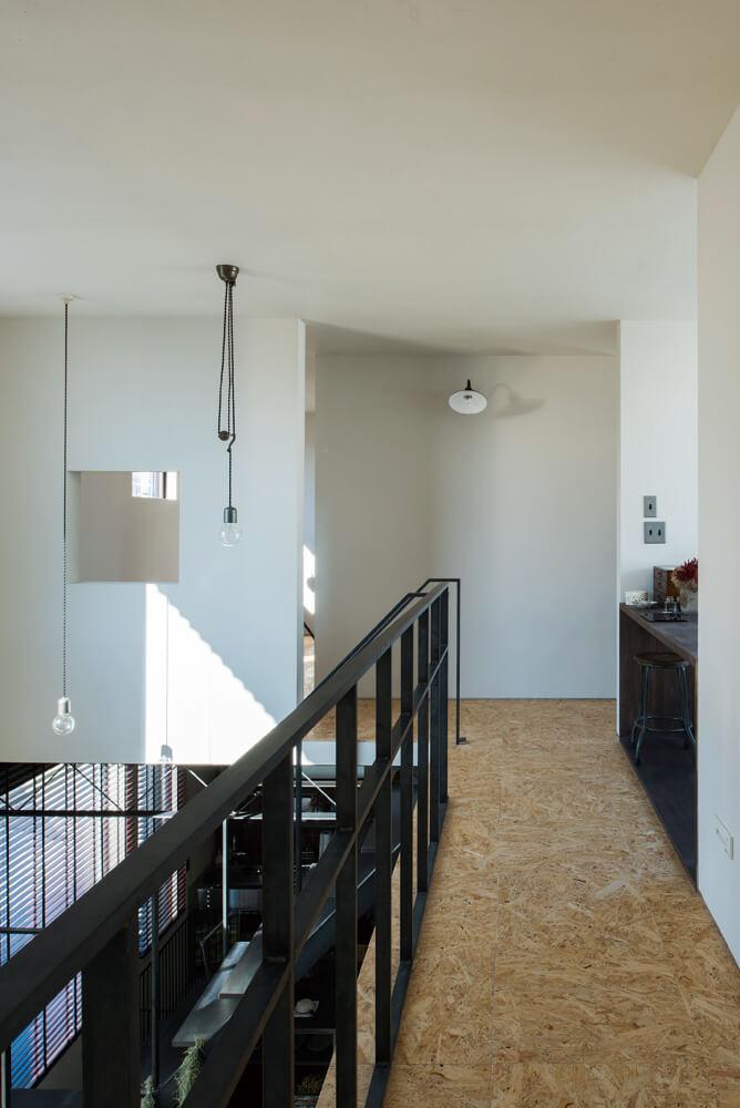 2階の寝室から多目的ルームに続く廊下は吹き抜け上にあるため渡り廊下のような浮遊感がある