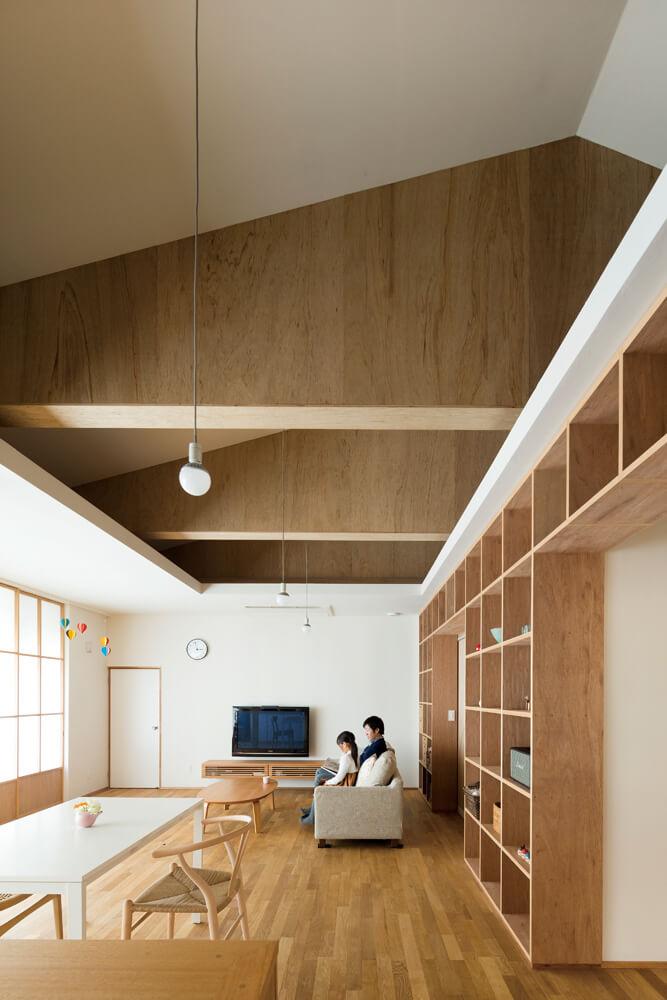 キッチンからの眺め。「リビングを中心に家族が集まれるように」とはご主人の希望。天井と壁が交わる部分は予備の収納スペースだが十分に足りているそう