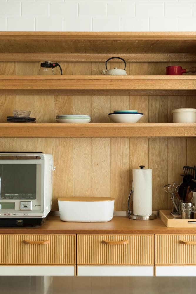 キッチンの収納は奥さんのこだわりが十分に反映された。それまでの暮らしで培ったノウハウが詰まった使い勝手のよさが光る収納棚