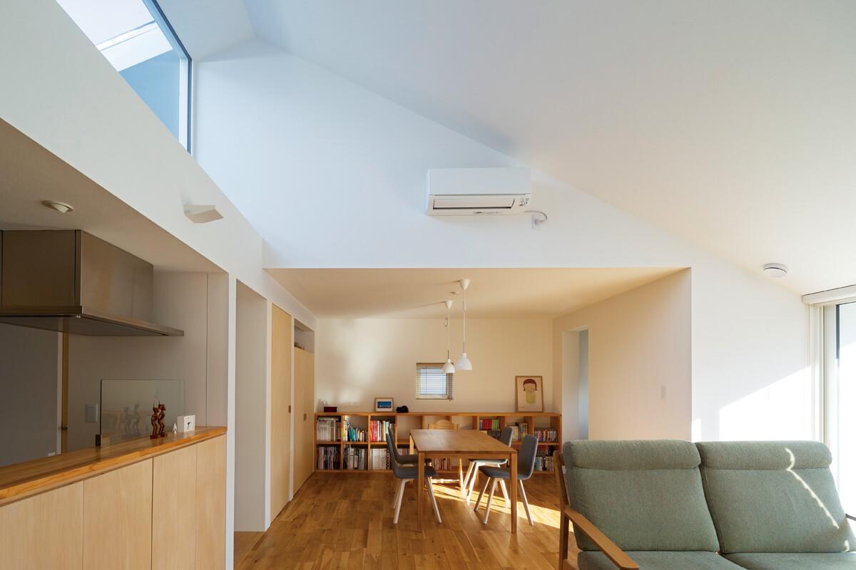 屋根型がそのまま室内に反映された傾斜のついた天井。賃貸暮らしでは体感できなかったSさんの希望のひとつ