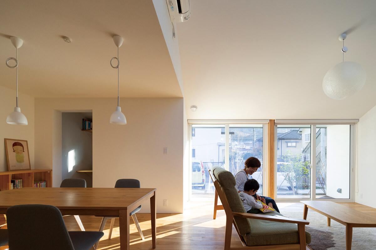 リビングの大きな開口部にはトリプルガラスの樹脂サッシを採用。Sさん自らも勉強して、住宅性能については予算の範囲で最大限のスペックを希望した。冬も暖かいリビング・ダイニングが実現した