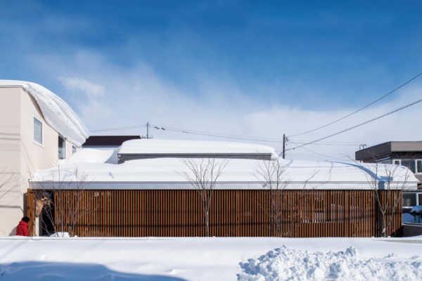 雪や目線を気にせずのびやかに暮らす。和モダン平屋的住宅