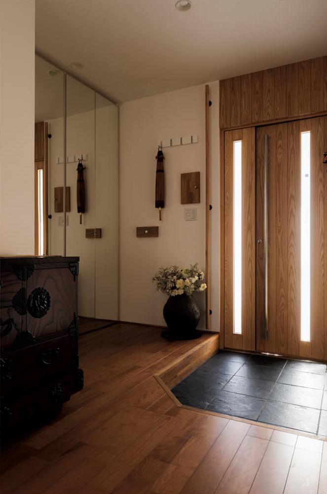 奥さんの希望でゆったりとしつらえ、姿見を兼ねた造作クローゼットを採用した玄関。LDKと間仕切りなしでつながる玄関は、冬も暖かい