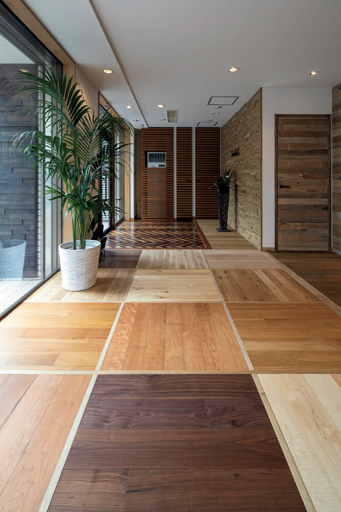 無垢・ハイブリッドを織り交ぜた、さまざまな樹種や色の床材。素足で歩くと、触り心地の違いをよりダイレクトに感じられる