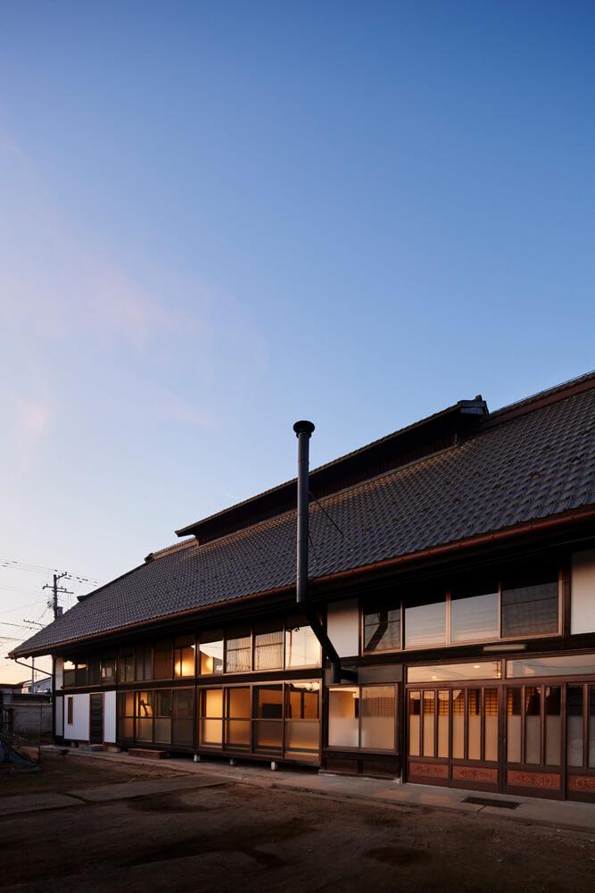 「大きな銅板屋根の外観を一目で気に入った」と橋本さん。リノベーション後も外観はかつての面影を今に伝える